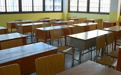 https://www.zerottounonews.it/wp-content/uploads/2016/04/4214234-aula-banchi-sedie-scuola-serale.jpg