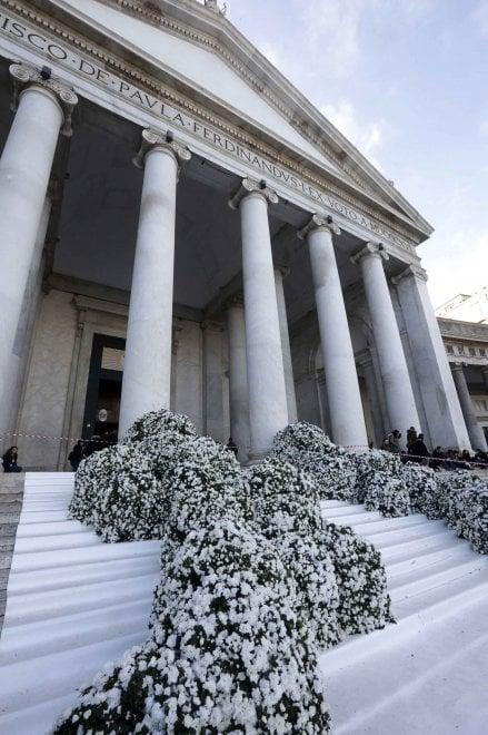 Napoli: sfarzo e basilica addobbata in Piazza Plebiscito per un matrimonio, ci sono precedenti?