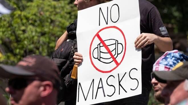 https://www.zerottounonews.it/wp-content/uploads/2020/11/negazionisti-covid-19-no-masks-127556.660x368.jpg