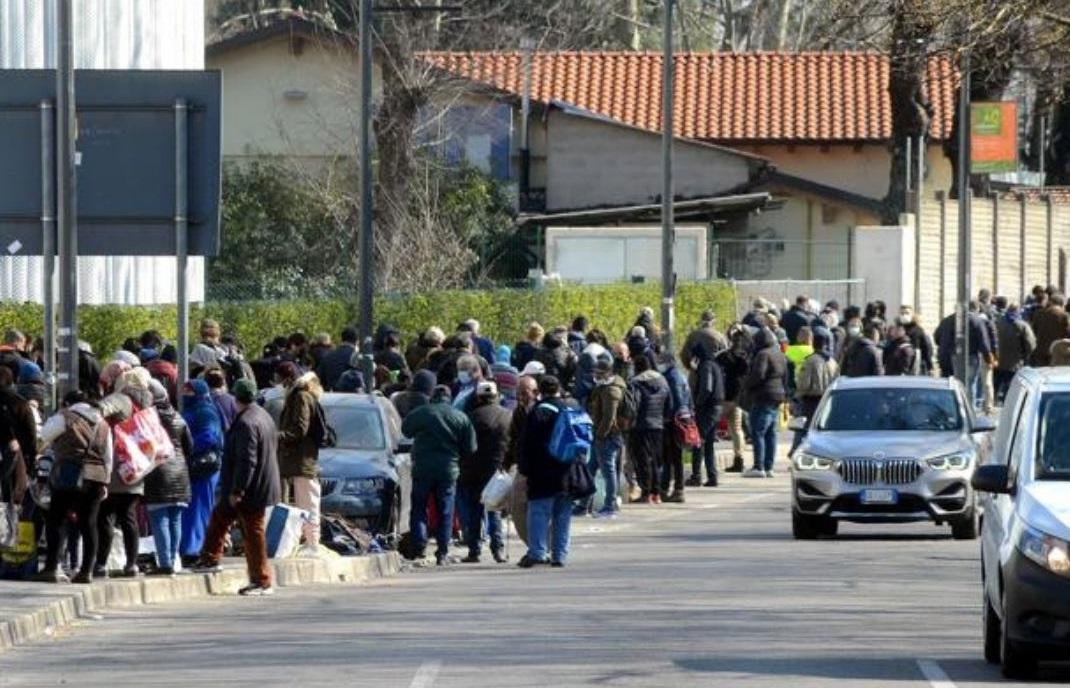 https://www.zerottounonews.it/wp-content/uploads/2021/04/fila-mensa-poveri-milano-corriere-della-sera.jpg