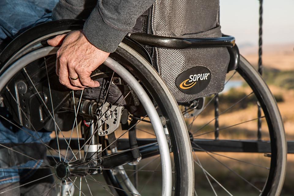 https://www.zerottounonews.it/wp-content/uploads/2021/04/wheelchair-749985_960_720.jpg
