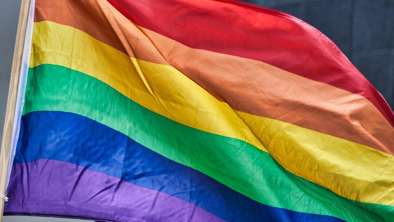 https://www.zerottounonews.it/wp-content/uploads/2021/05/rainbow-flag-4426296_1280-1280x720.jpg