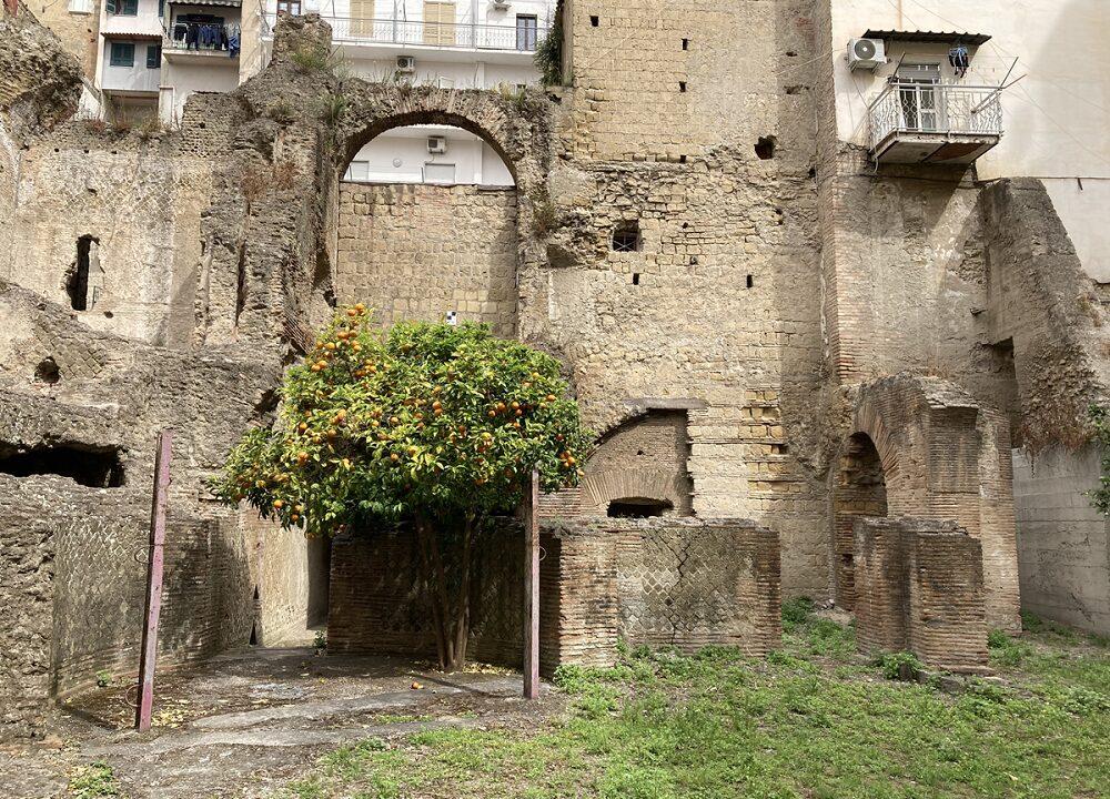 https://www.zerottounonews.it/wp-content/uploads/2021/06/Area_archeologica_Forcella_Napoli-6-1000x720.jpg