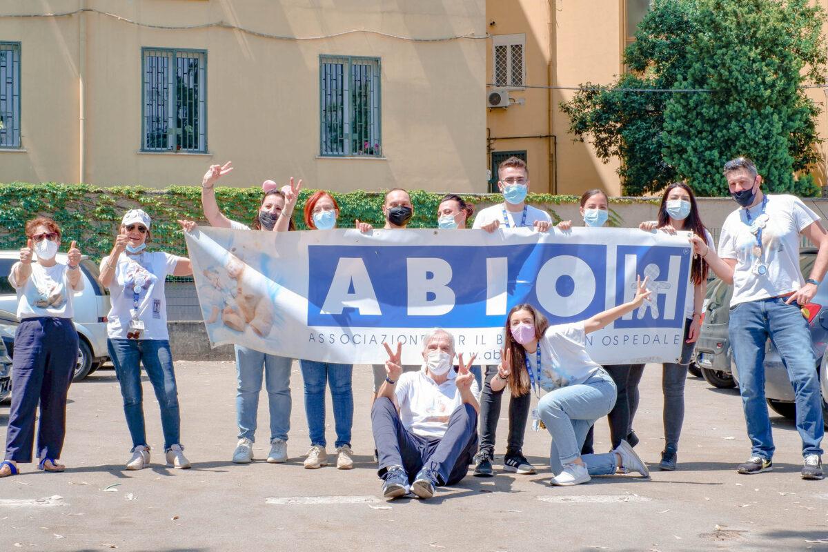 Napoli: festa al Santobono per i piccoli pazienti affacciati alle finestre