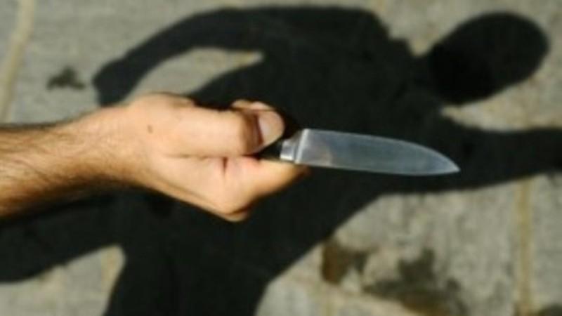 Litigano per un parcheggio: accoltellata una donna nel Napoletano