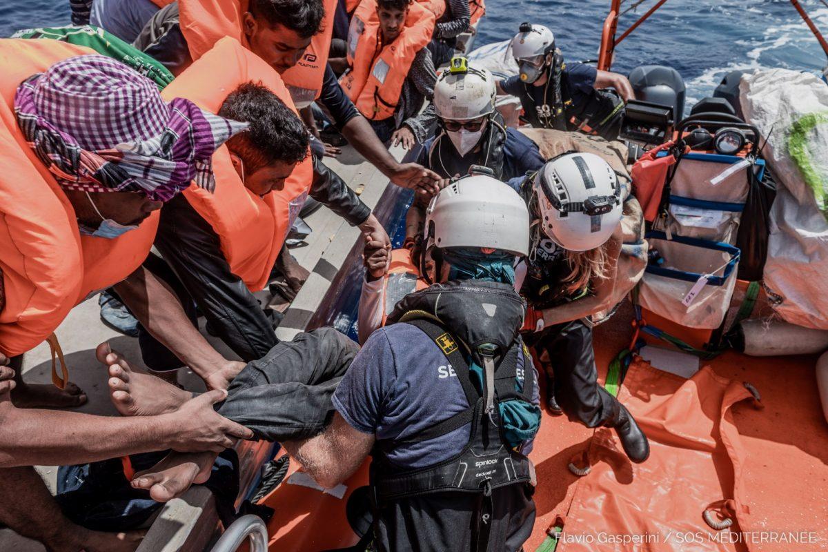 572 migranti salvati dalla Ocean Viking, 34 morti al largo della Tunisia