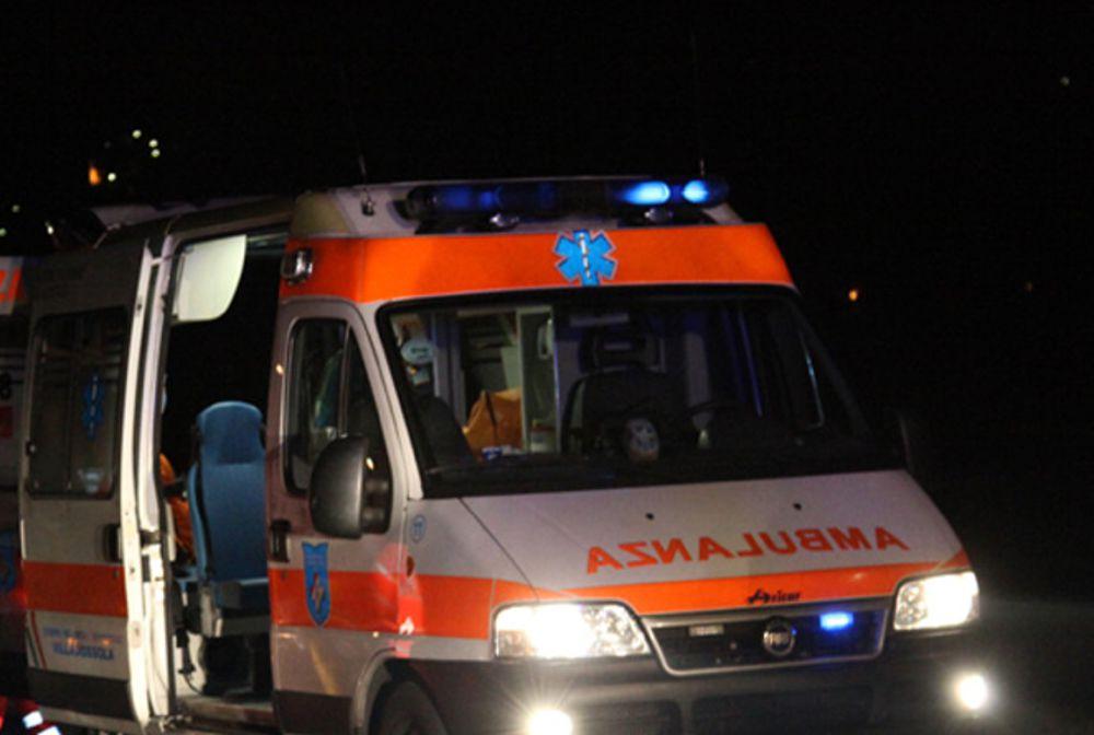 """Napoli, la denuncia: """"Costretti a caricare in ambulanza un cadavere"""""""